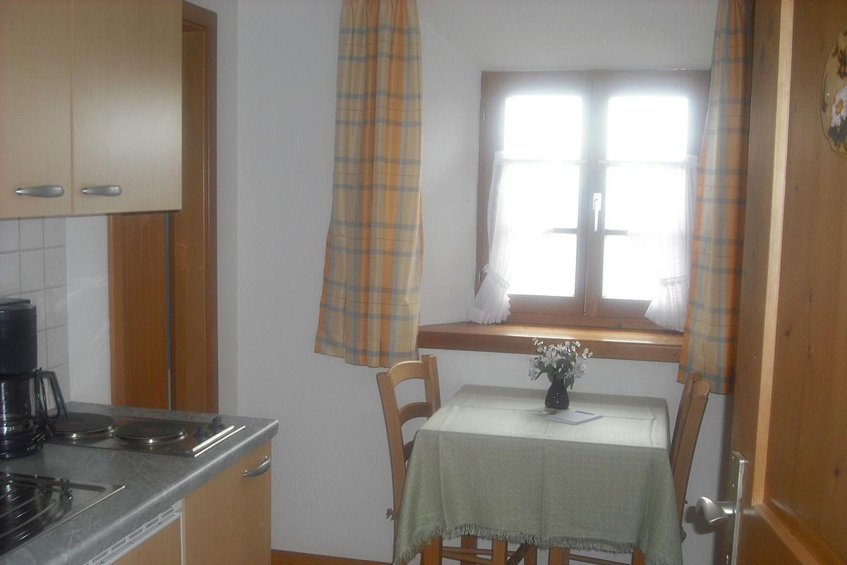 Küche mit gemütlicher Sitzgelegenheit im Komfortzimmer Wildrose