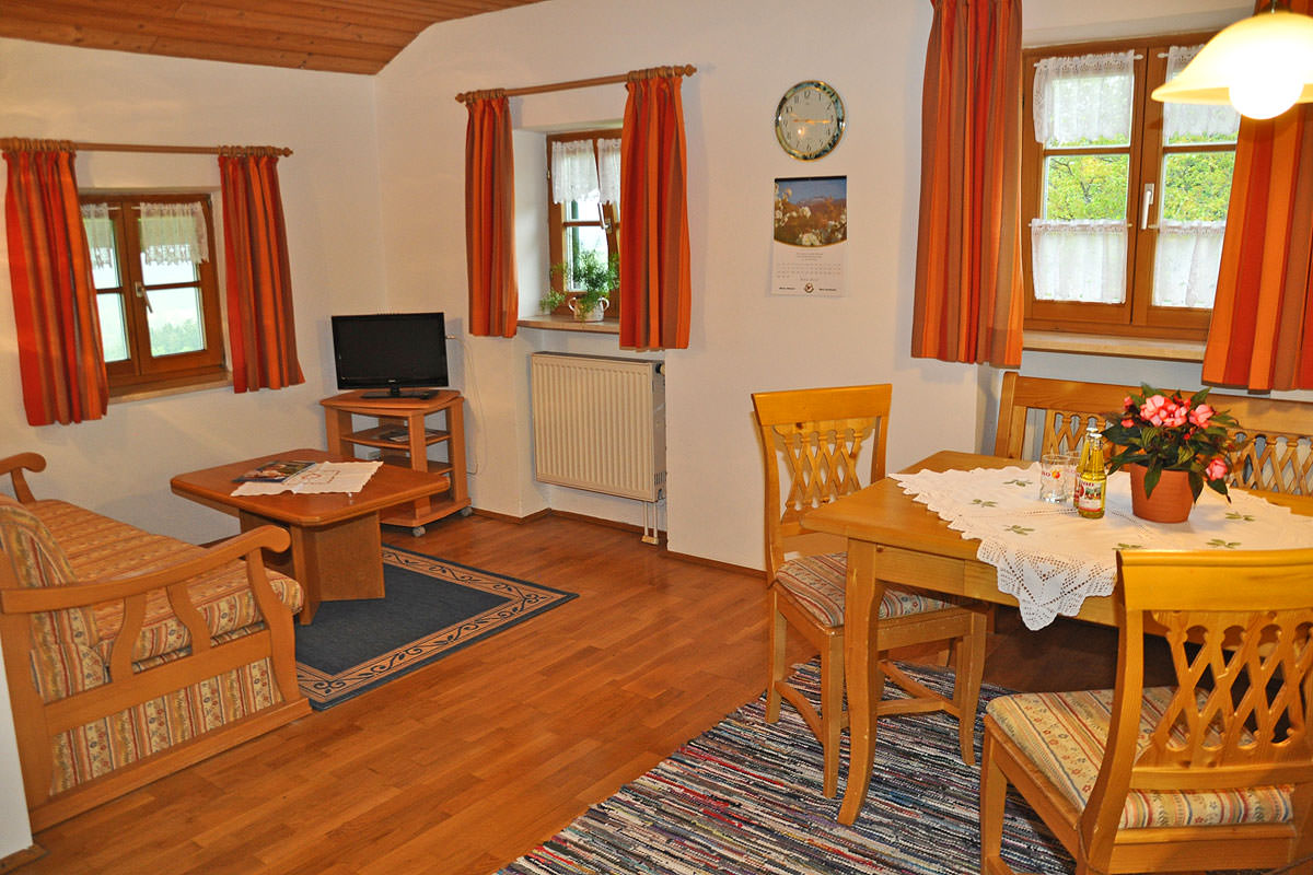 Wohn- und Essbereich in der Ferienwohnung Lavendel auf dem Taffenreutherhof