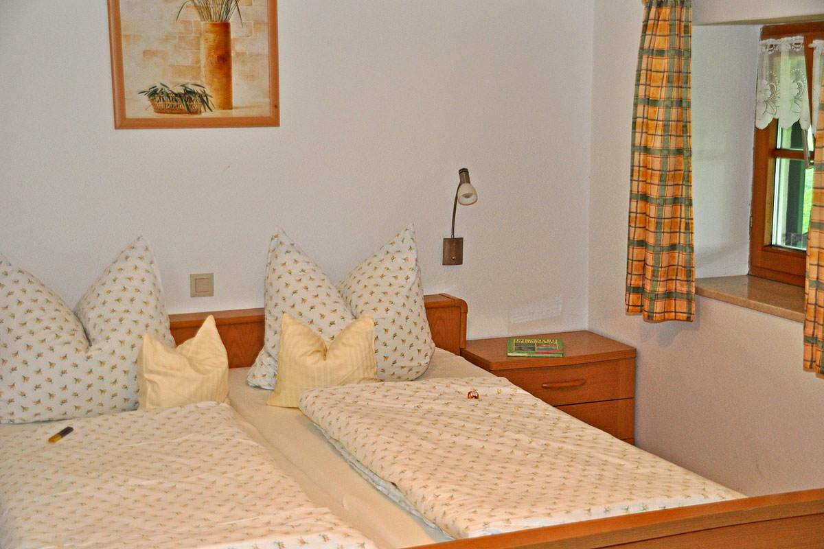 Gemütliches Schlafzimmer in der Fewo Lavendel auf dem Taffenreutherhof
