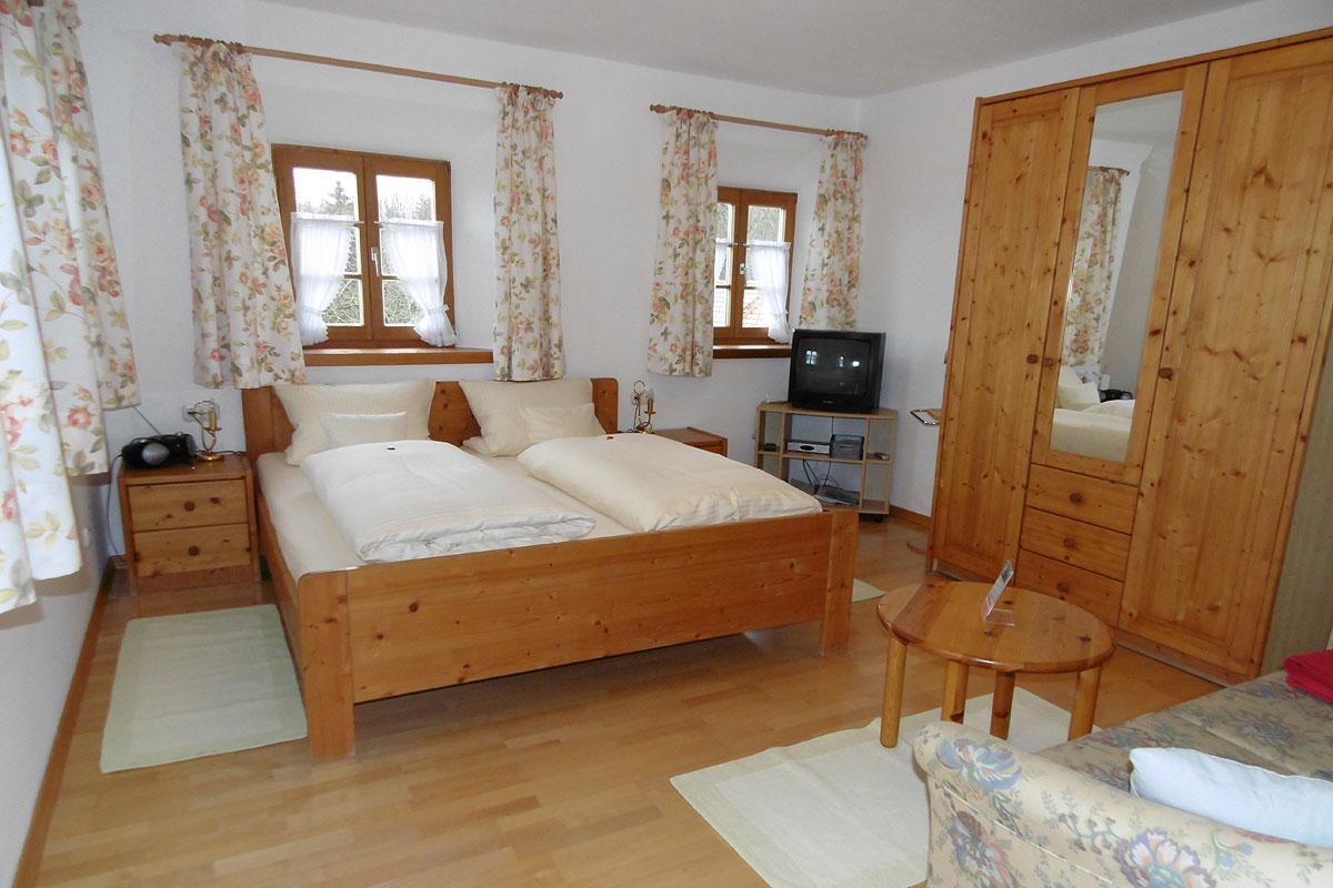 Gemütliches Schlafzimmer in dem Komfortzimmer Wildrose auf dem Taffenreutherhof